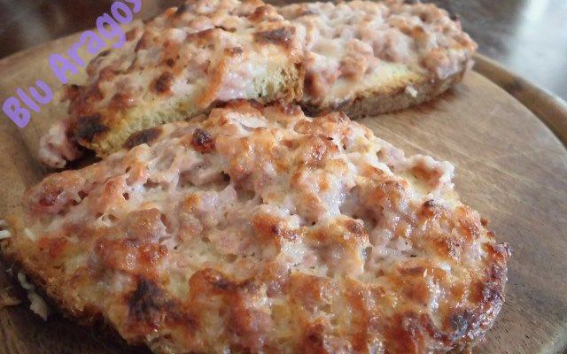 Crostini caldi con salsiccia. Rustico e gustoso.
