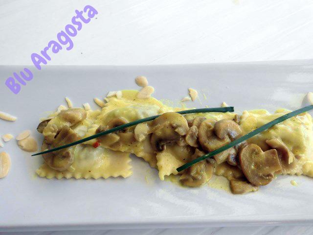 Raviolis aux escargots, crème de champignon et curry, ravioli alle lumache conditi con crema di champignon e curry