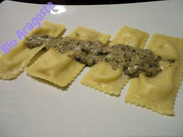Nastrine ripiene di fonduta al castelmagno con salsa di funghi e tartufi