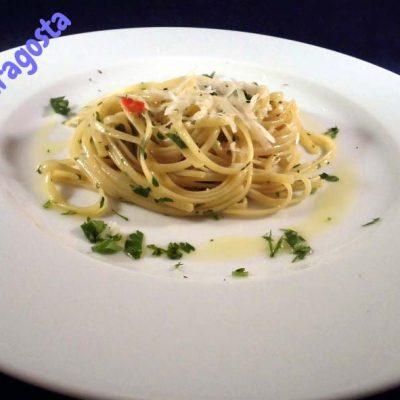 Un-trionfo-di-pasta-aglio-e-olio