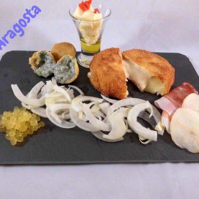 piatto completo per una persona compreso di formaggi, insalatina di finocchi, e caviale di succo d'arancia