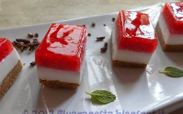 Mini cheesecake finger food alla fragola e tradizionale alla fragola e banana
