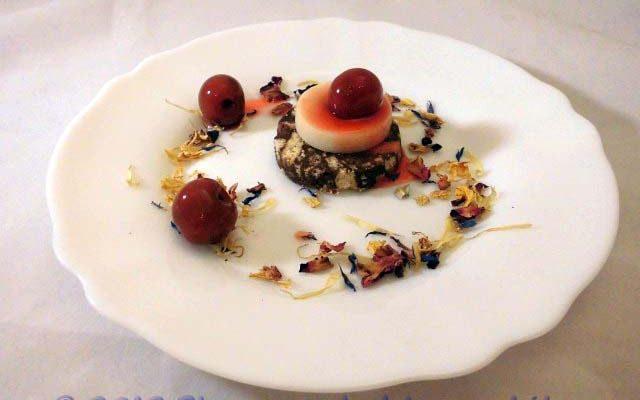 Mignon di salame di cioccolato e pasta di mandorle con visciole sotto spirito