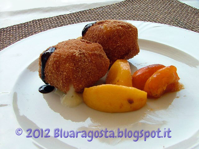 Cubi di taleggio fritto con pesche caramellate