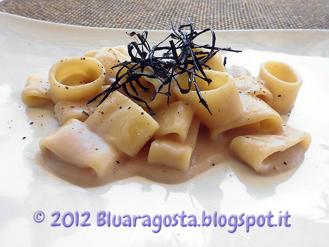 Calamarata con fonduta di cipolle e fili di melanzane fritti