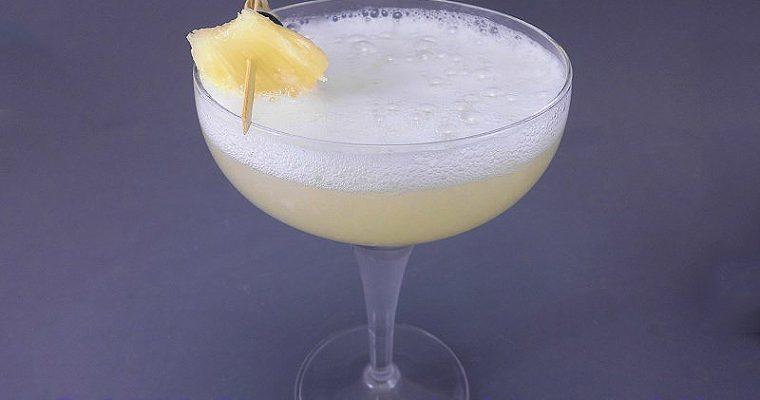 Cocktail giallo al prosecco e ananas