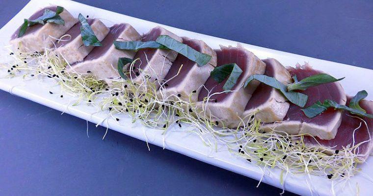 Tataki di tonno, foglie d'ostrica e germogli di porro