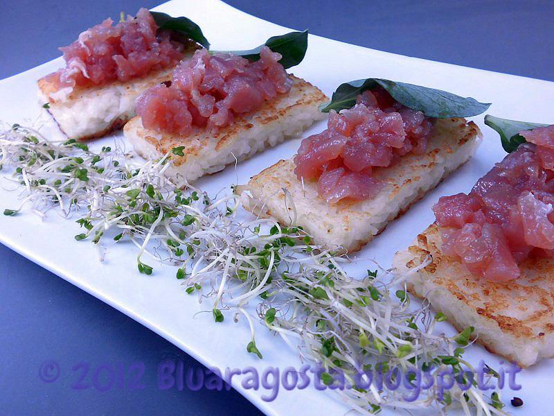 Mattonelle di riso croccante con foglie d'ostrica e tartare di tonno
