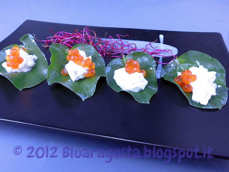 Foglie d'ostrica con crema acida, uova di salmone e germogli di barbabietola