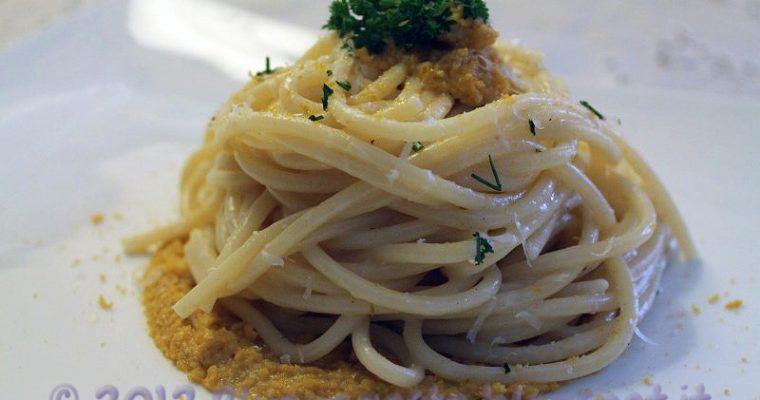 Spaghetti cacio e pepe con riccio di mare e bottarga