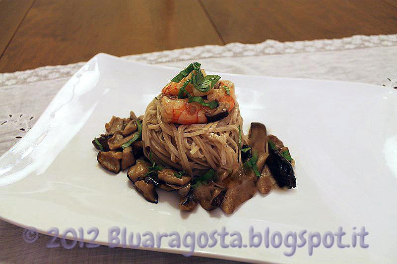 Noodles ai funghi shiitake e gamberi