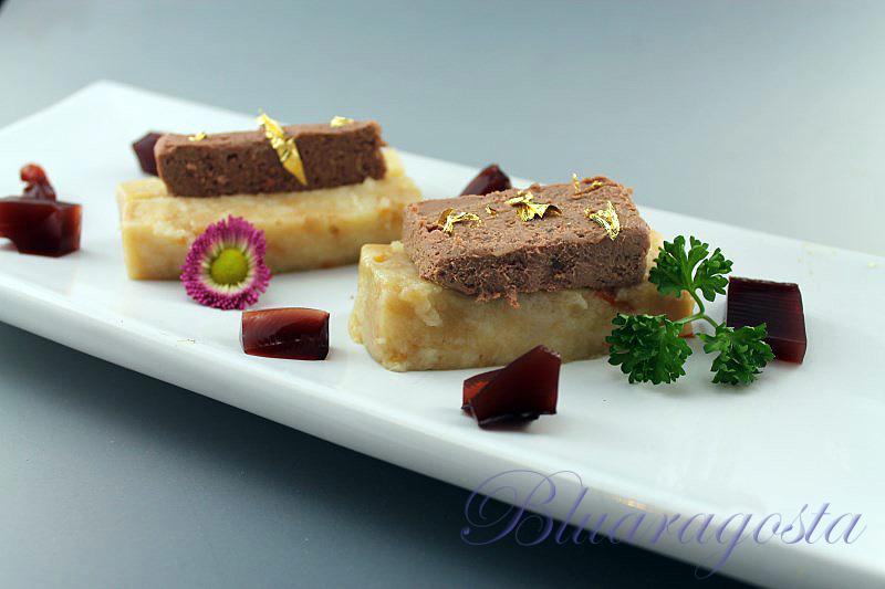 Pâté di fegatini di pollo e petali di rose su base di pancotto con gelatina al porto