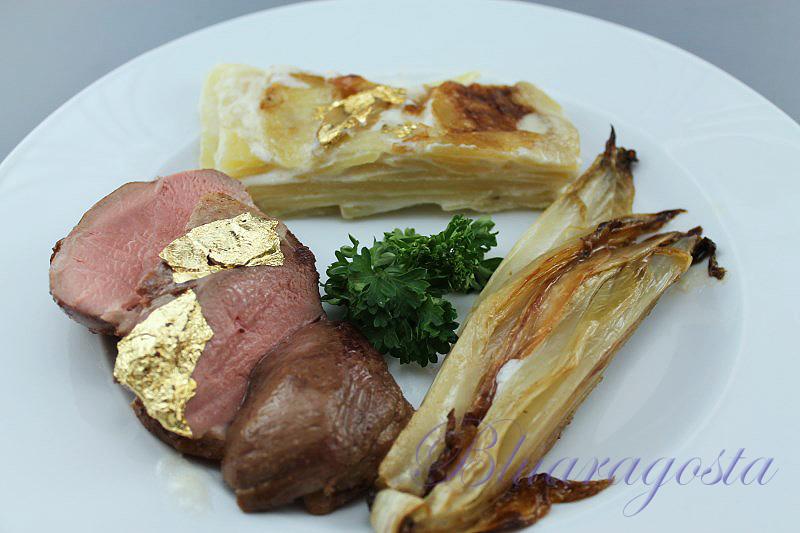 Petto d'anatra con dauphinois di patate e indivia belga brasata