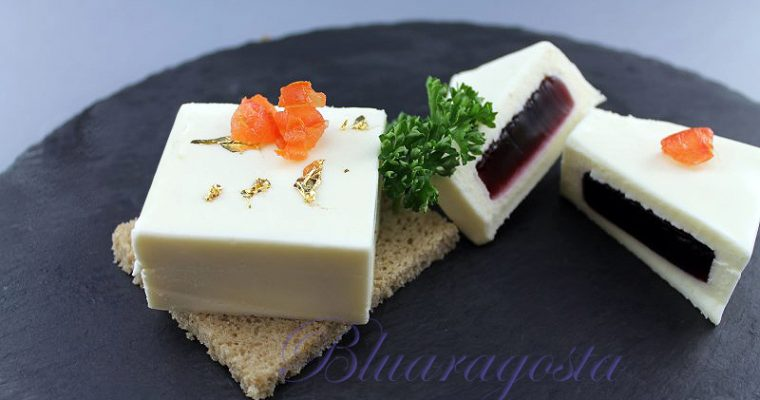 Mousse di camembert con gelatina di mirtilli neri