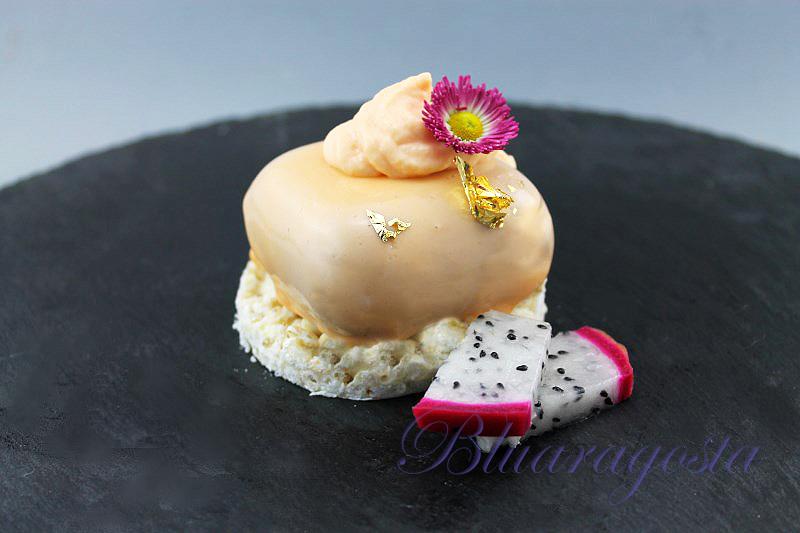 Mousse di cioccolato glassato con namelaka all'arancia su riso soffiato e cioccolato bianco