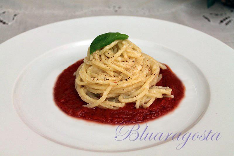 Spaghetti di gragnano al beurre blanc alla vodka con salsa di pomodorini confit