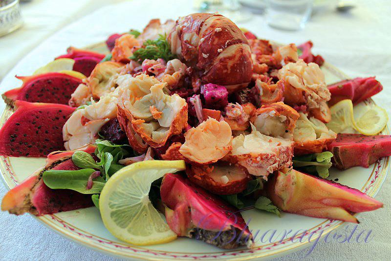 Astice in insalata con pitaya e salsa alle erbe aromatiche