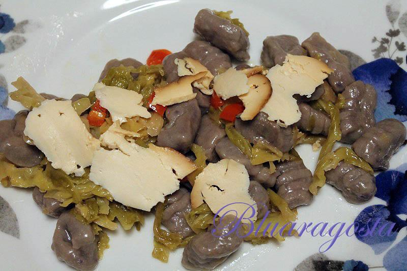 Gnocchi di patate viola con verza brasata