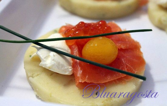 Tartine di patate con caviale di salmone e uovo di quaglia marinato