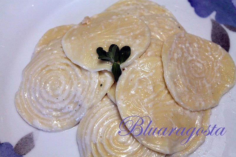 Corzetti stampati con salsa di pinoli