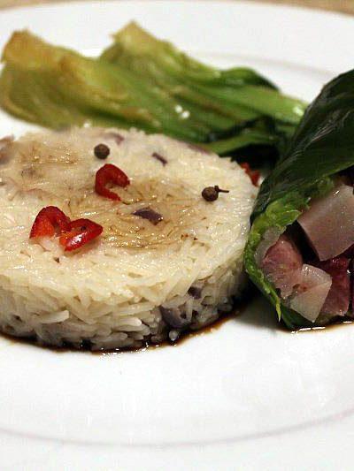 Involtino di foglie di porro con riso pilaff e pak choi brasata