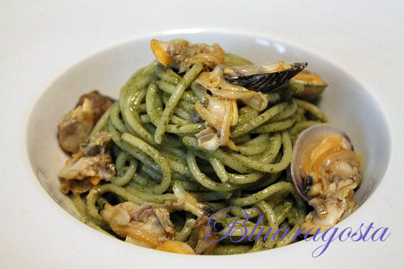 spaghetti alle vongole in salsa di agretti