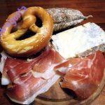 bretzel caldi col tagliere di salumi e formaggi