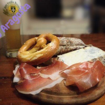 bretzel-col-tagliere-di-salumi-e-formaggi