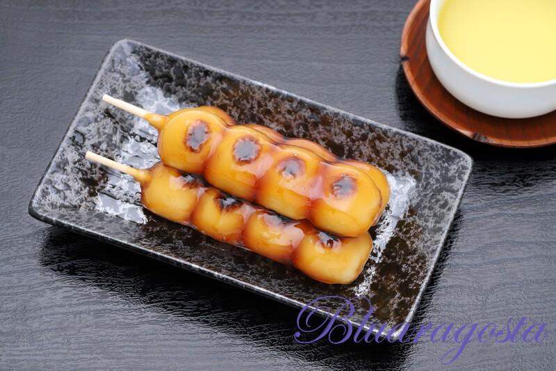 Mitarashi dango, spiedino di gnocchetti dolci