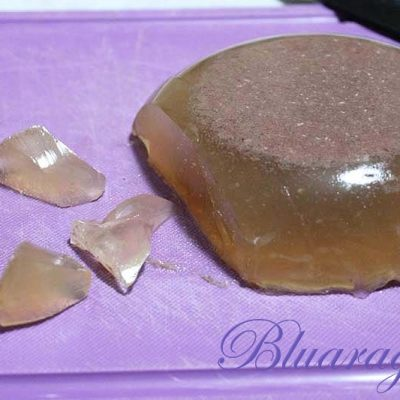la gelatina rimanente la cubettiamo o la spezzettiamo con una forchetta